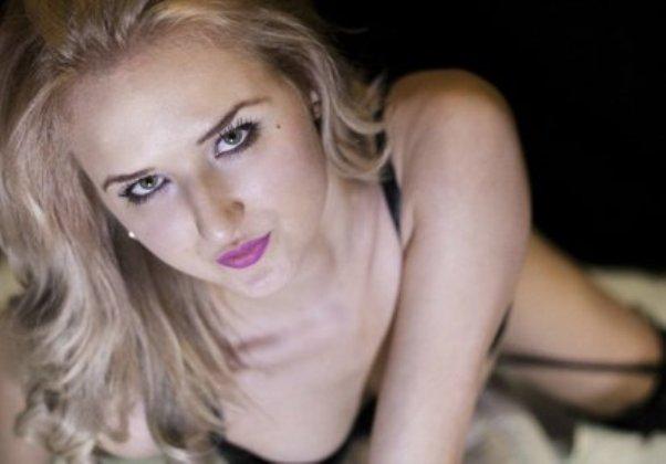 blondine-chattet-live-vor-der-livesex-cam